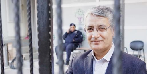 Nazmi Gur, HDP; står utanför sitt välbevakade partikontor i Ankara. Nyligen dömdes han till ett och ett halvt år fängelse efter att han kritiserat det turkiska valsystemet. Foto: Erik Larsson