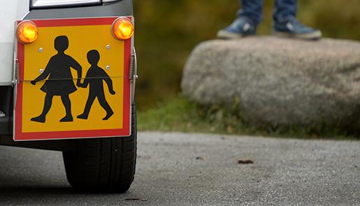 STOCKHOLM 20141017 Bili med skylt som visar att den kˆr som skolskjuts Foto: Janerik Henriksson / TT / Kod 10010