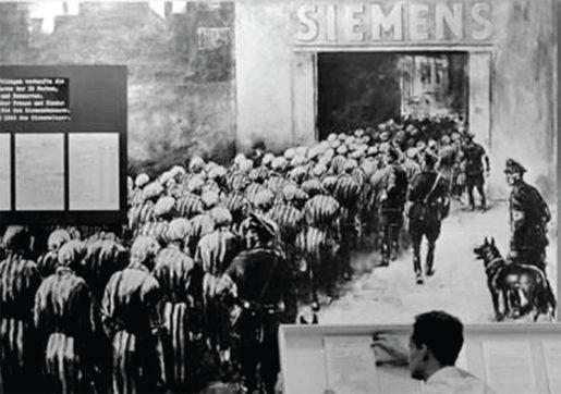 Kvinnliga fångar från Ravensbrück på marsch in till Siemens fabrik. Bild från Bundesarchiv.