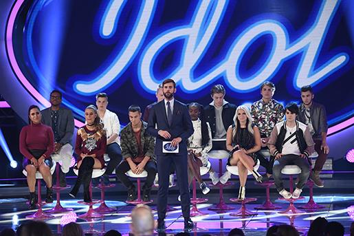 STOCKHOLM 20160930 Programledaren P‰r Lernstrˆm och deltagarna dresultatet av omrˆstningen presenteras i fredagens omgÂng av veckofinalen i Idol 2016 Foto Jonas Ekstrˆmer / TT / kod 10030