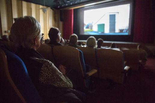Salongen är fullsatt när filmen Diamantfolket visas i Robertsfors.