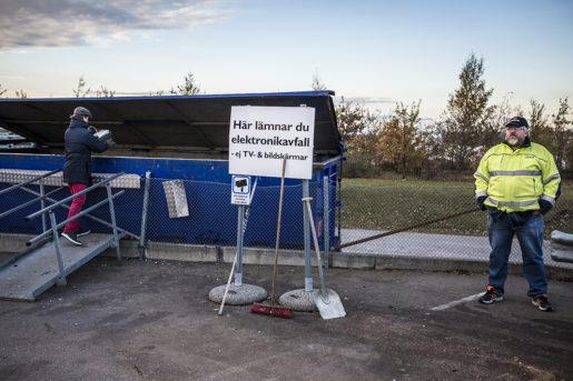 Henrik Stridh, Kommunals huvudskyddsombud, vid stationen för elektronikavfall, där det mest stöldbegärliga godset ligger. En del av personalen vägrar stå vid stationen, på grund av de många hotfulla incidenterna. Foto: Jesper Klemedsson