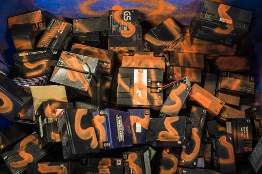 Inlämnade bilbatterier och datorer sprayas orange för att det ska synas att de kommer från återvinningen, om tjuvar försöker sälja dem. Foto: Jesper Klemedsson