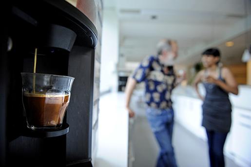 STOCKHOLM 2012-07-12 Prat vid kaffeautomaten. Foto Erik MÂrtensson / SCANPIX / Kod 10400