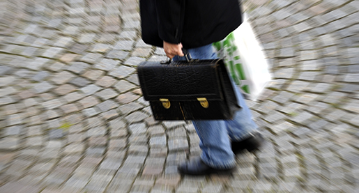 STOCKHOLM 2009-08-27. Man med portfˆlj och matkasse pv‰g hem frÂn jobbet. Foto. Hasse Holmberg / SCANPIX Kod 96