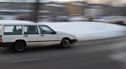 STOCKHOLM 20101222 Rondellkˆrning. V‰nstersv‰ngar kan vara svÂra fˆr alla bilfˆrare, men med nedsatt simultankapacitet ‰r det ett extra farligt moment fˆr ‰ldre personer. Foto Anders Wiklund / SCANPIX / kod 10040