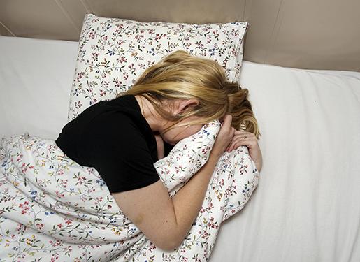 STOCKHOLM 20110926 En kvinna ligger i en s‰ng och gˆmmer ansiktet under t‰cket Foto Jonas Ekstrˆmer / SCANPIX / kod 10130
