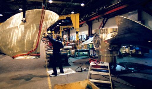KRISTINEHAMN 020312-Rolls-Royce fabrik Hˆljes i Kristinehamn. I fabriken tillverkar man propelrar, axlar och trustrar till varvsindustrin. Deras produkter sitter i fartyg och f‰rjor ˆver hela v‰rlden. Intriˆr frÂn fabrikshallen. Fˆretaget hette tidigare KaMeWa, det namn som produkterna fortfarande b‰r. H‰r monteras ett propellerblad till ett offshorefartyg. Foto: Fredrik Persson Kod: 1081 COPYRIGHT SCANPIX SWEDEN