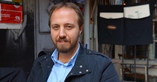 Advokaten Özgür Urta företräder en av flera hundra som nu åtalas av Turkcell som stämmer personer som twittrat kritiskt om de Teliaägda bolaget. Foto: Erik Larsson
