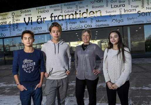 För två år sedan slogs kommunens fyra högstadier ihop. Jonathan Larsen, Liam Ståhl, läraren Tina Blad Sigfridsson och Juliana Mouhadam gillar den nya skolan.Foto: Jonas Ekströmer/TT