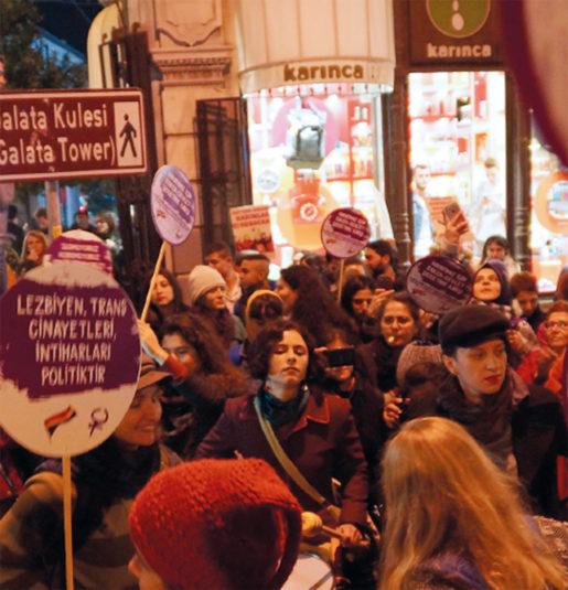 """Den 25 november manifesterar tusentals kvinnor i Istanbul mot mäns våld mot kvinnor. Demonstrationer är förbjudna och det hela kallas därför """"presskonferens"""". Ett stort antal poliser slår en järnring runt kvinnorna i Istanbul, men ingen blir gripen. Foto: Erik Larsson"""