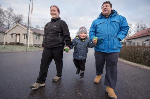 Fredrik och Madelene Willman bor i dag i Hagfors, där Fredrik arbetar på stålverket och Madelene som personlig assistent. Sonen James kommer att bli värmlänning.Foto: Fredrik Karlsson (klicka på bilden för att se den större)