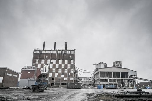 KARLSHOLM 20141214 Karlholm, en liten ort i norra Uppland d‰r bruket har lagts ner. Den gamla Karlitfabriken rivs. Foto: Magnus Hjalmarson Neideman / SvD / TT / Kod 10078 ** OUT DN och Dagens Industri (‰ven arkiv) och Metro **