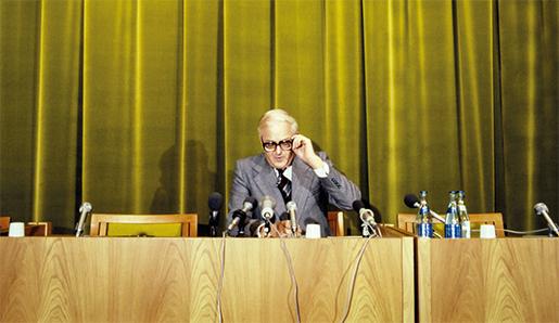 """Industriminister Nils G Åslings """"akutmottagning"""" på 1970-talet började som en skämtsam skylt, men efter Stora Kopparbergs specialstålverk i Vikmanshyttan blev kön lång av krisande företag som hoppades på statligt stöd. Foto: Svt bild-TT"""