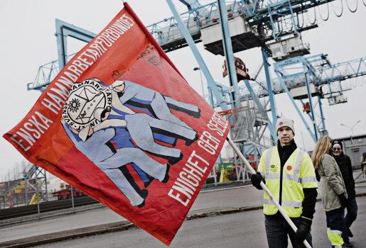 Robert Karlsson flaggade för att stödja strejken i Skandiahamnen i Göteborg.