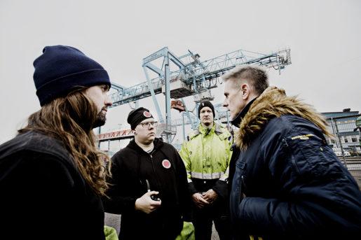Hamnarbetarförbundet beskriver ett allt sämre samarbete med arbetsgivaren. – Vi såg vartåt det blåste redan 2015, säger Hamnarbetarförbundets ordförande Peter Annerbäck (till höger), här i samspråk med Martin Englund, Victor Carlsson och Niclas Ohlsson.