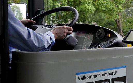 STOCKHOLM 2015-05-15 Busschauffˆr i arbete vid ratten. Foto Hasse Holmberg / TT Kod 96