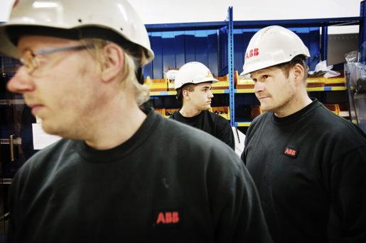 """Från vänster: Marcus Bohman, Niclas Norrgo och Richard Green. """"Besked om förlängning kommer några dagar innan man ska sluta. Det är som det är, men klart att det är svårt att lägga upp några planer för framtiden"""", säger Niclas Norrgo (mitten) som är bemanningsanställd. På ABB i Ludvika använder man sig allt mer av bemanningsanställda. I början av 2016 startades en namninsamling bland arbetare på företaget om krav på fler fasta anställningar, något som tillfälligt gav resultat. Idag har dock inhyrd personal vuxit till mer än en tredjedel av arbetsstyrkan. Foto: Linus Sundahl-Djerf"""