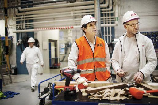 Jorge Nuñes, här med kollegan Jonas Jansson, poängterar att en stor andel inhyrda medför risker också för kvaliteten på produktionen.