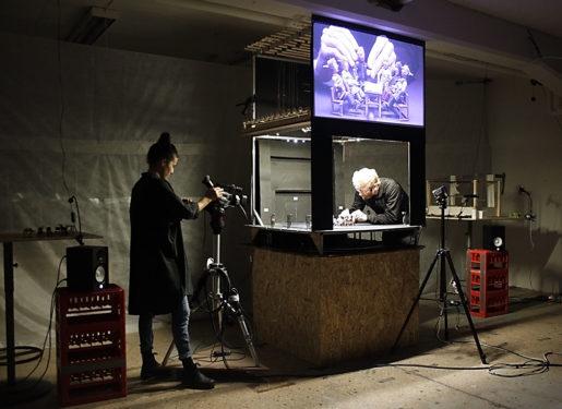 Dockföreställningen förstoras upp på en skärm.Foto: Malmö Dockteater (klicka på bilden för att se den större)