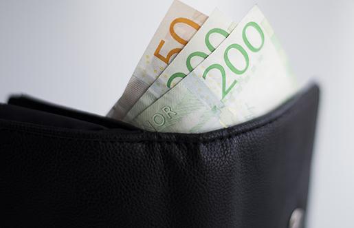 Sedlar sticker upp ur plånbok.