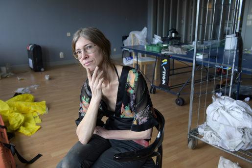 Rekvisitören Kajsa Alman deltar i förberedelserna för andra säsongen av tv-serien Jordskott. Plats: Sabbatsbergs sjukhus. För några år sedan var hon arbetslös och fick a-kassa, pengar som hon 2015 dömdes att betala tillbaka. Foto: Anders Wiklund/tt
