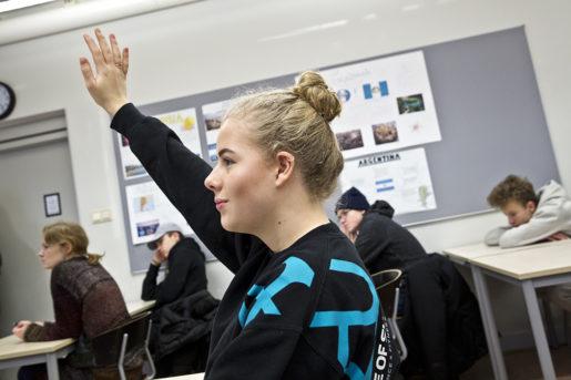 På syv-lektionen har eleverna, här Emilia Azar, tid att granska gymnasiernas reklamslogans närmare.