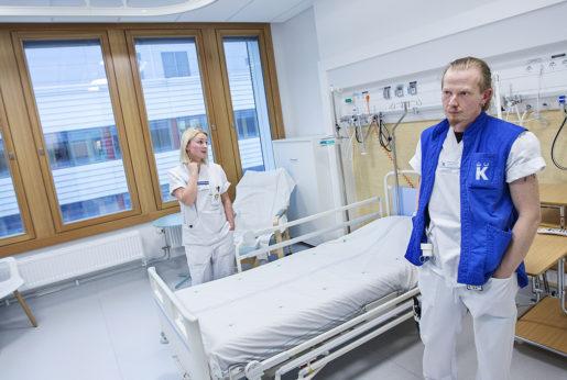 – Vi var ganska förvirrade i början, men det börjar bli bättre, säger undersköterskan Patrik Stjärnlöv. Han och Ella Larsson visar upp ett av de nya enkelrummen på hjärt- och kärlavdelningen. Rummen är fina, men kräver mer personal än fyrbäddssalar.