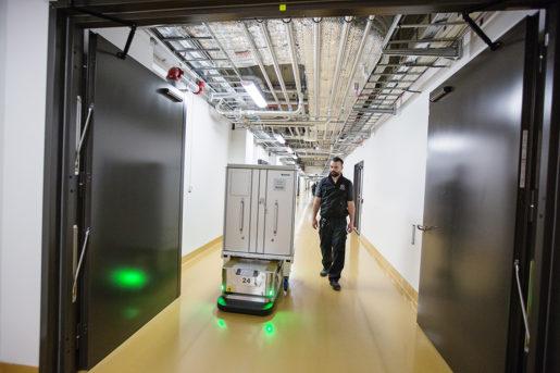 Robotar flyttar saker, vilket Mikael Sehlan är nöjd med.