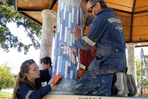 Invånare samarbetar med att sätta upp mosaiken.Foto: Cristian lueiza