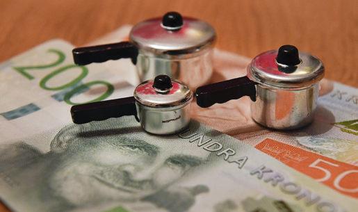 STOCKHOLM 20170105 Miniatyrkastruller psvenska sedlar symboliserar hushÂllets kostnader Foto Jonas Ekstrˆmer / TT / kod 1003