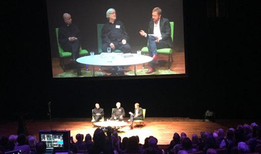 Prästen och tecknaren Kent Wisti, konstnäraren Carl Johan de Geer och DN:s kulturchef Björn Wiman i samtal. Foto: Yvonne Rittvall