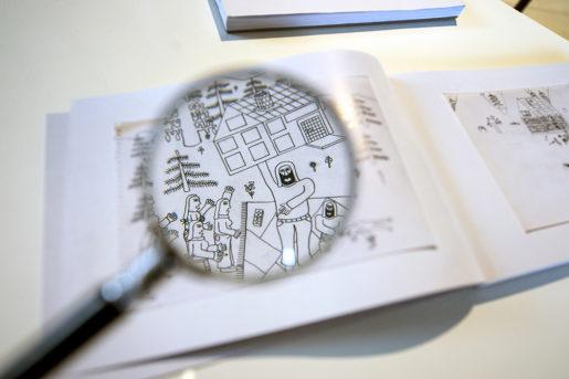 Teckningarna är informationstäta – och kan kräva sitt förstoringsglas, som tillhandahålls på Borlänge Modern.