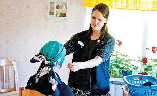 Madeleine Karlsson, skyddsombud för Kommunal i Leksand, stred i flera år för att hon och hennes kollegor i hemtjänsten skulle få arbetskläder. Foto: Ulf Palm/TT