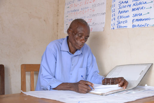 – När det är dags att skörda betalar jag plockarna tio kronor per hink, berättar David Mwasabwite.