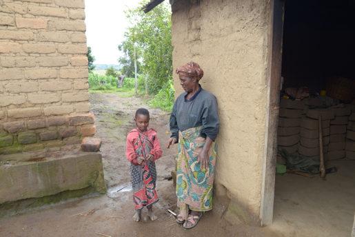Tre av barnbarnen bor hos Taines Mwanalubusya.