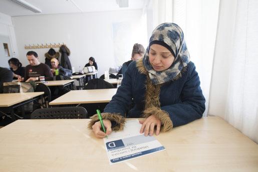 Amar Zeino Alhallak klarade det nationella provet i svenska nivå D. Kanske går hon vidare till komvux. Foto: Fredrik Sandberg/TT