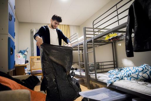 """Efter över två år på flykt och ett halvår i kategorin """"nyanländ"""" ryms Marwan Arkawis liv i fyra plastsäckar och en sportbag. Han har räknat ut att han flyttar i snitt var tredje månad.Foto: Alexander Mahmoud (klicka på bilden för att se den större)"""