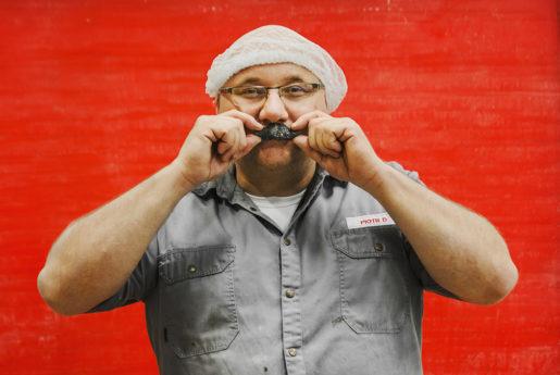 Piotr Dudek är produktionsansvarig på Aroma och tycker om allt ifrån personalkontakten till att klura ut nya godissorter. – Det är jag som har kommit på den sura mustaschen. Kunderna önskade sig en produkt som smakade ännu mer salmiak och var ännu surare är de sura grodorna.