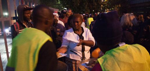 Kvinnor får alltid mat först från volontärerna. Majoriteten av de köande är män. Foto: Kevin Sutherland