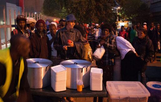 Soppköket i Doornfontein i Johannesburg delar varje tisdagkväll ut mat till uppemot 200 personer. Foto: Kevin Sutherland