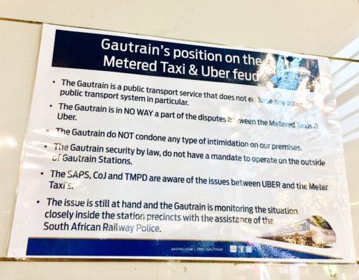 Intill perrongen på Sandton station sitter en skylt om att halvstatliga tågbolaget Gautrain tar avstånd från konflikten. Foto: Linda Flood