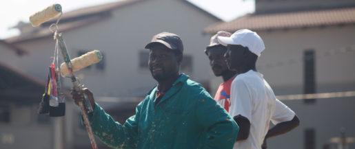 I små grupper står hantverkare i gathörnen och hoppas på jobb. Foto: Kevin Sutherland