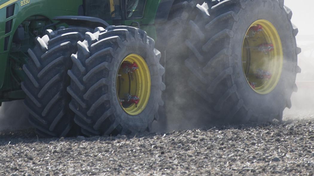 Man klamdes till dods under traktor