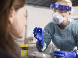 Undersköterska testar person för corona