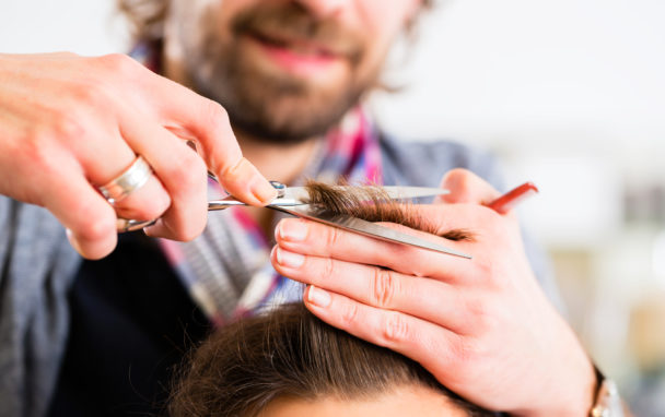 Frisör klipper hår.
