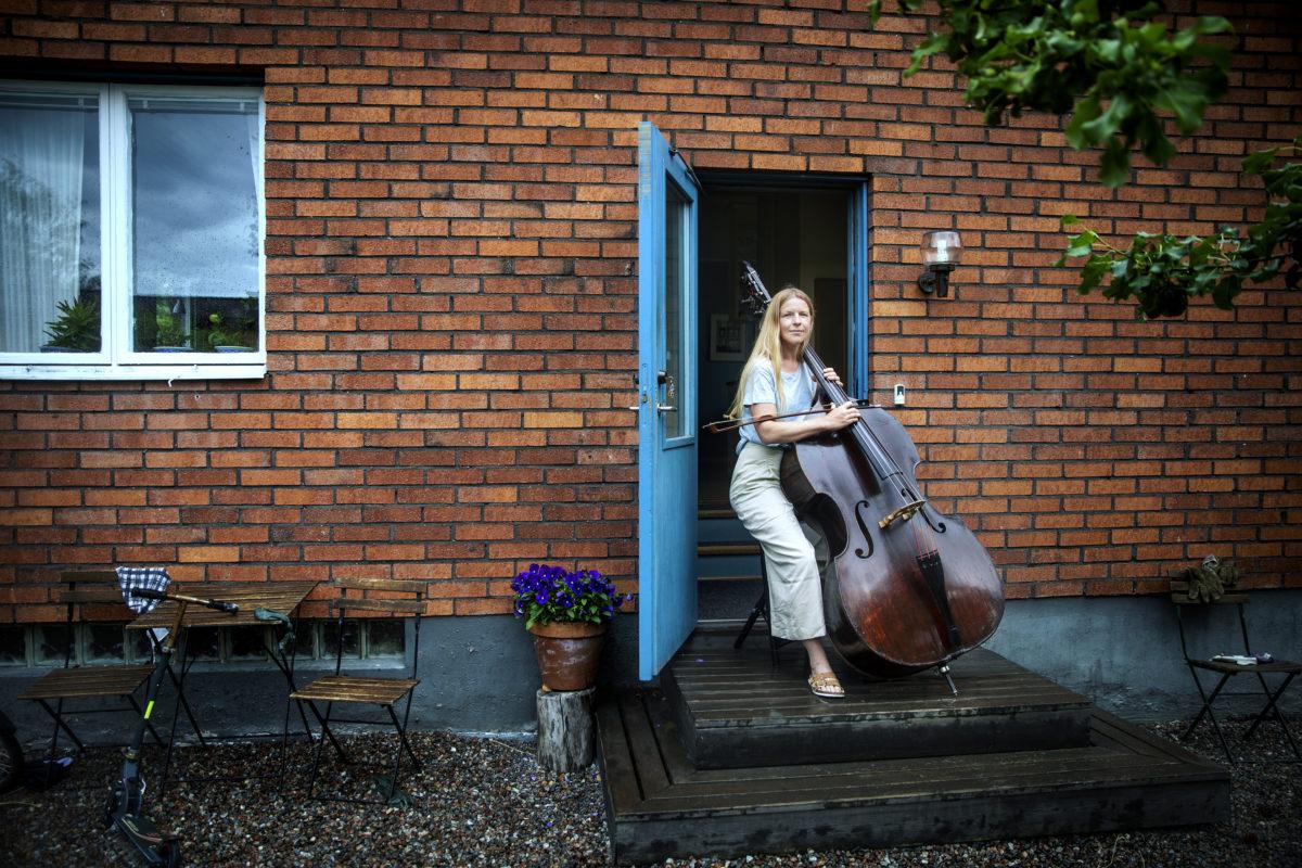 Sigrid Granit med kontrabas.