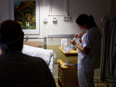 Sjuksköterska jobbar natt.