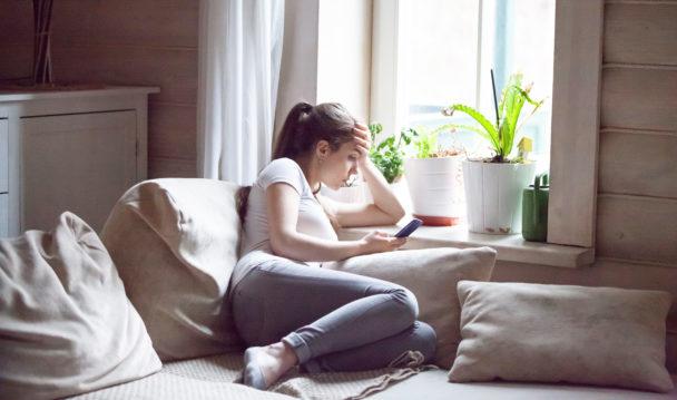 Sjuk kvinna på soffa.