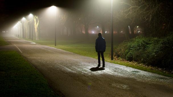 Anonym person går